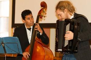 Timofey Sattarov mit dem Akkordeon & Francisco Hidalgo